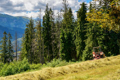 Traktor, der auf dem Hügel (Tatra-, steht Berge) Lizenzfreie Stockfotografie