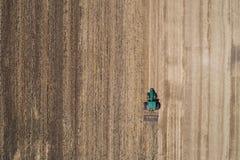 Traktor, der auf dem Weizengebiet arbeitet Stockfoto