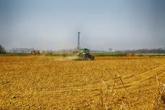 Traktor, der auf den Gebieten arbeitet Lizenzfreie Stockbilder