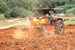 Traktor, der das Ackerland vorbereitet Stockfotografie