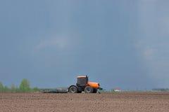Traktor, der das Feld bebaut Stockfoto