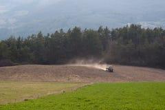 Traktor, der das Feld pflügt Stockfotos