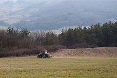 Traktor, der das Feld pflügt Lizenzfreie Stockfotos