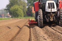 Traktor, der das Land bearbeitet Lizenzfreies Stockbild