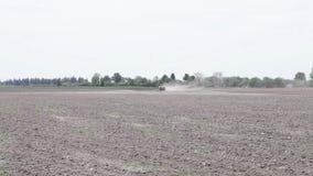 Traktor, der das Schwarzerdepflugfeld pflügt stock video footage