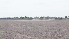Traktor, der das Schwarzerdepflugfeld pflügt stock video