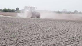 Traktor, der das Schwarzerdepflugfeld pflügt stock footage
