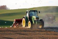 Traktor, der an dem Feld arbeitet Stockfotografie