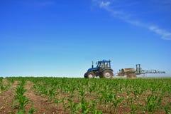 Traktor, der die Felder pflügt Lizenzfreie Stockbilder