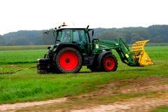 Traktor, der die Niederlande bewirtschaftet Lizenzfreie Stockbilder
