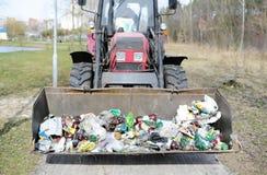 Traktor, der die Straße vom Abfall aufräumt Lizenzfreies Stockbild
