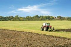 Traktor, der ein Feld Essex Großbritannien pflügt Lizenzfreie Stockbilder