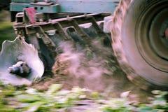 Traktor, der ein Feld pflügt Lizenzfreies Stockfoto