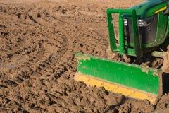 Traktor, der ein Feld pflügt Stockfoto