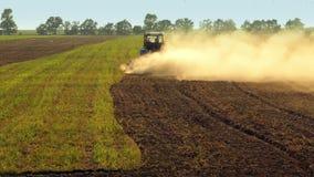 Traktor, der ein Feld pflügt stock footage