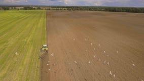 Traktor, der ein Feld pflügt Luftvideo Stockbild
