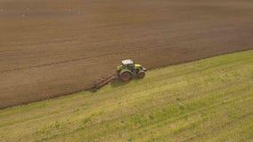 Traktor, der ein Feld pflügt Luftvideo Stockfoto