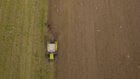 Traktor, der ein Feld pflügt Luftvideo Lizenzfreies Stockbild