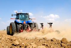 Traktor, der am Feld arbeitet Stockfotos