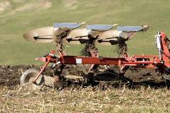 Traktor, der am Feld arbeitet Stockfoto