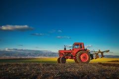 Traktor, der Feld am Frühling kultiviert lizenzfreies stockbild