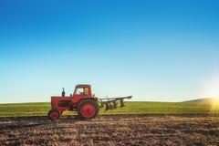 Traktor, der Feld am Frühling kultiviert stockfotos