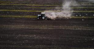 Traktor, der Feld am Frühling, Vogelperspektive kultiviert Lizenzfreies Stockbild
