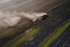 Traktor, der Feld am Frühling, Vogelperspektive kultiviert Stockfotos