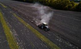 Traktor, der Feld am Frühling, Vogelperspektive kultiviert Lizenzfreies Stockfoto