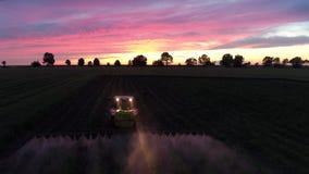 Traktor, der Feld am Fr?hling, Luftsonnenuntergangansicht kultiviert stock video footage
