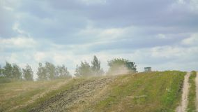 Traktor, der Feld mit dem Gras in 4K pflügt stock footage