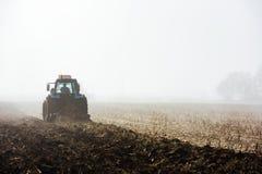 Traktor, der Feld pflügt Lizenzfreie Stockfotos