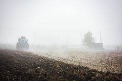 Traktor, der Feld pflügt Lizenzfreies Stockfoto