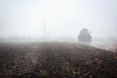 Traktor, der Feld pflügt Stockbild