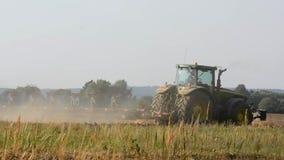 Traktor, der Feld pflügt stock video