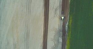 Traktor, der Feld pflügt stock video footage