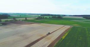 Traktor, der Feld pflügt stock footage