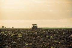 Traktor, der Felder pflügt Lizenzfreie Stockfotos