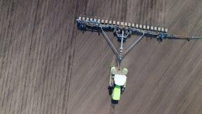 Traktor in der Feldsausonnenblume stock video