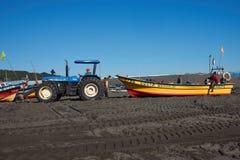 Traktor, der Fischerboot zieht Stockfotos