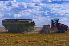 Traktor, der geladenen Kornwarenkorb schleppt Lizenzfreie Stockbilder