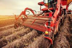 Traktor, der herauf das Feld pflügt Stockfoto