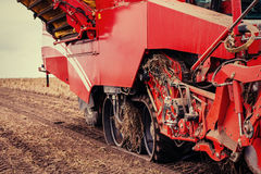 Traktor, der herauf das Feld pflügt Stockbilder