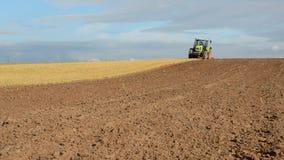 Traktor, der Herbstbauernhoffeld pflügt stock video