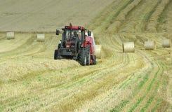 Traktor, der Heu erntet lizenzfreie stockfotografie