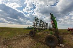 Traktor, der im Frühjahr die Felder pflügt Stockfotografie