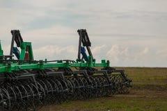 Traktor, der im Frühjahr die Felder pflügt Lizenzfreie Stockfotografie