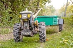 Traktor, der im Park steht Lizenzfreie Stockfotografie
