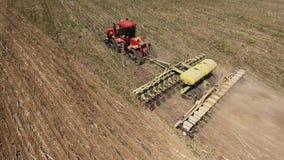 Traktor, der Land für das Säen von sechzehn Reihen von der Luft, von Konzept der Bearbeitung, Säen, Feld, Traktor und Produktion  stock footage