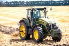 Traktor, der Land für das Säen vorbereitet Stockfotografie